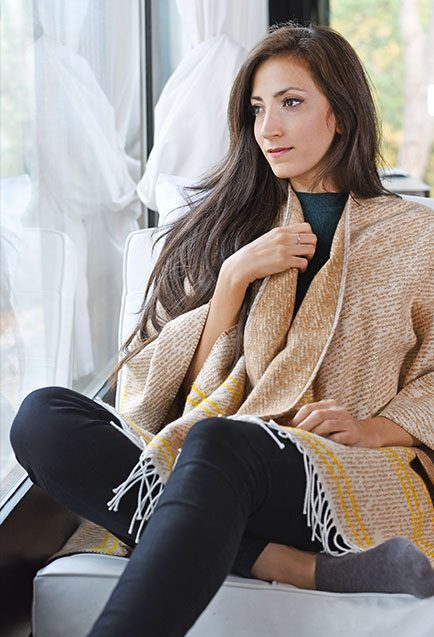 http://lookbook.allee-du-foulard.fr/wp-content/uploads/2019/01/0720-ADF-Accessoires-de-mode-LB-Poncho-H19-Tanata-2-434x637.jpg