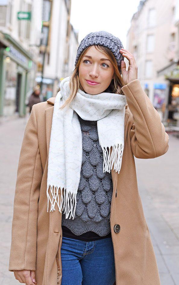 http://lookbook.allee-du-foulard.fr/wp-content/uploads/2019/01/0724-ADF-Accessoires-de-mode-LB-Manteau-Camel-H19-Echarpe-Cassiopee-594x943.jpg