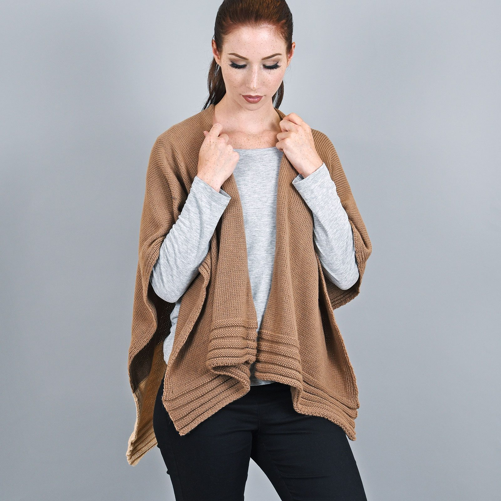 http://lookbook.allee-du-foulard.fr/wp-content/uploads/2019/01/AT-03197-VF16-2-poncho-femme-taupe-creme-fabrication-francaise-1600x1600.jpg