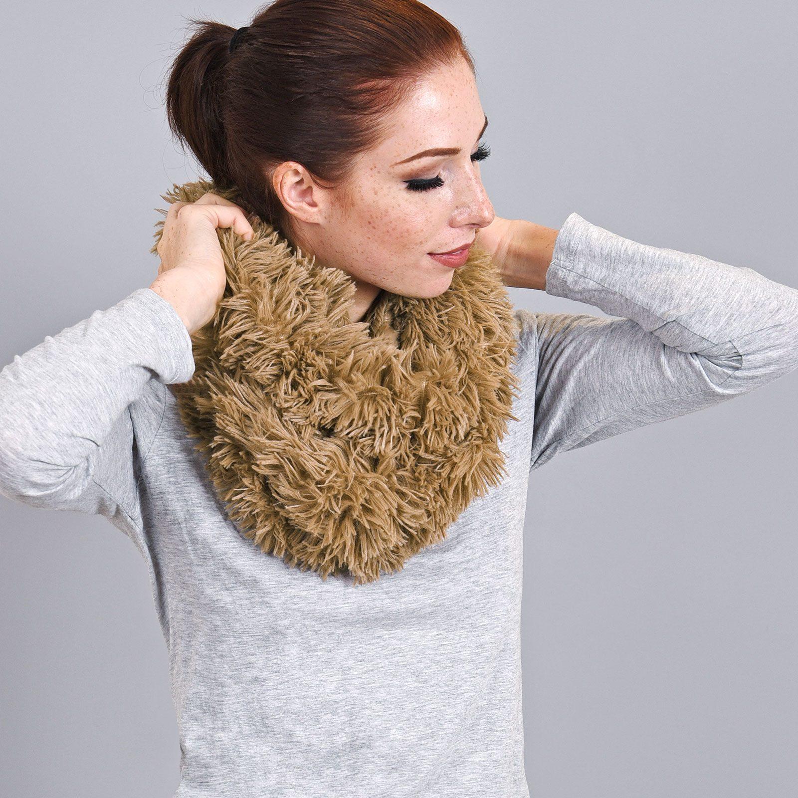 http://lookbook.allee-du-foulard.fr/wp-content/uploads/2019/01/AT-03325-VF16-snood-pilou-taupe-1600x1600.jpg