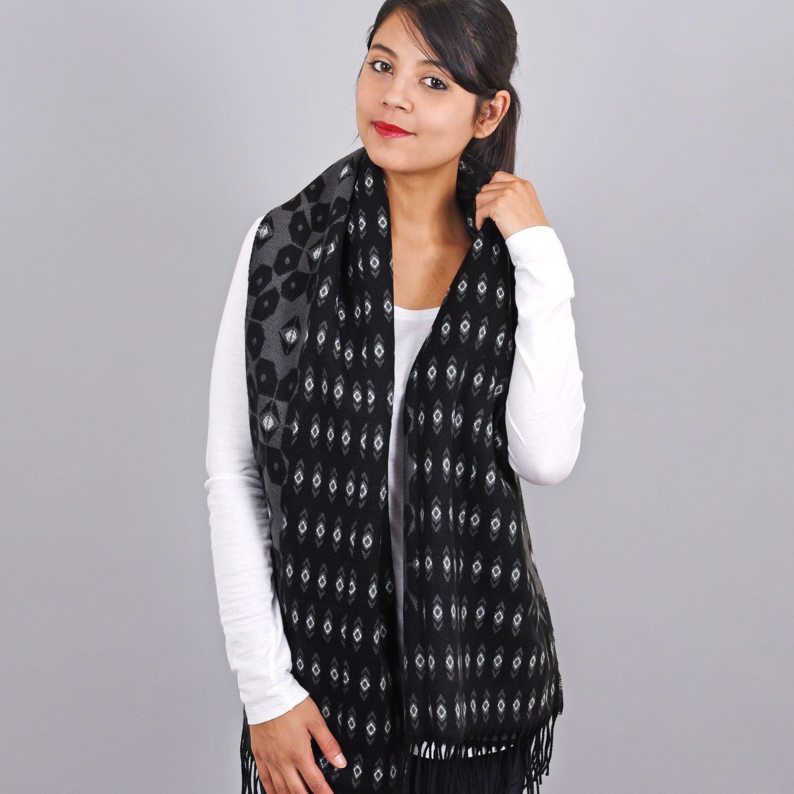 http://lookbook.allee-du-foulard.fr/wp-content/uploads/2019/01/AT-03463-VF16-2-chale-franges-motifs-geometriques-noir-gris-1600x1600.jpg