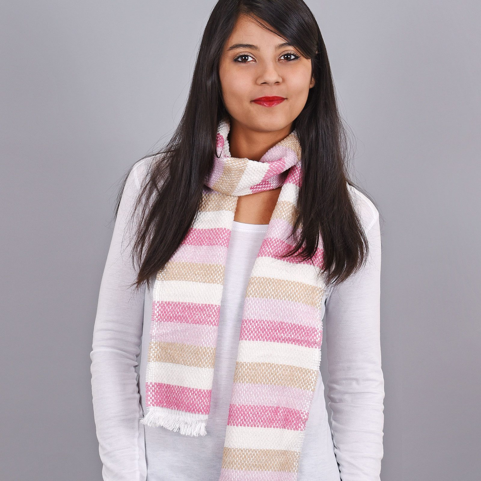 http://lookbook.allee-du-foulard.fr/wp-content/uploads/2019/01/AT-03487-VF16-echarpe-rayures-rose-creme-fabrication-france-1-1600x1600.jpg