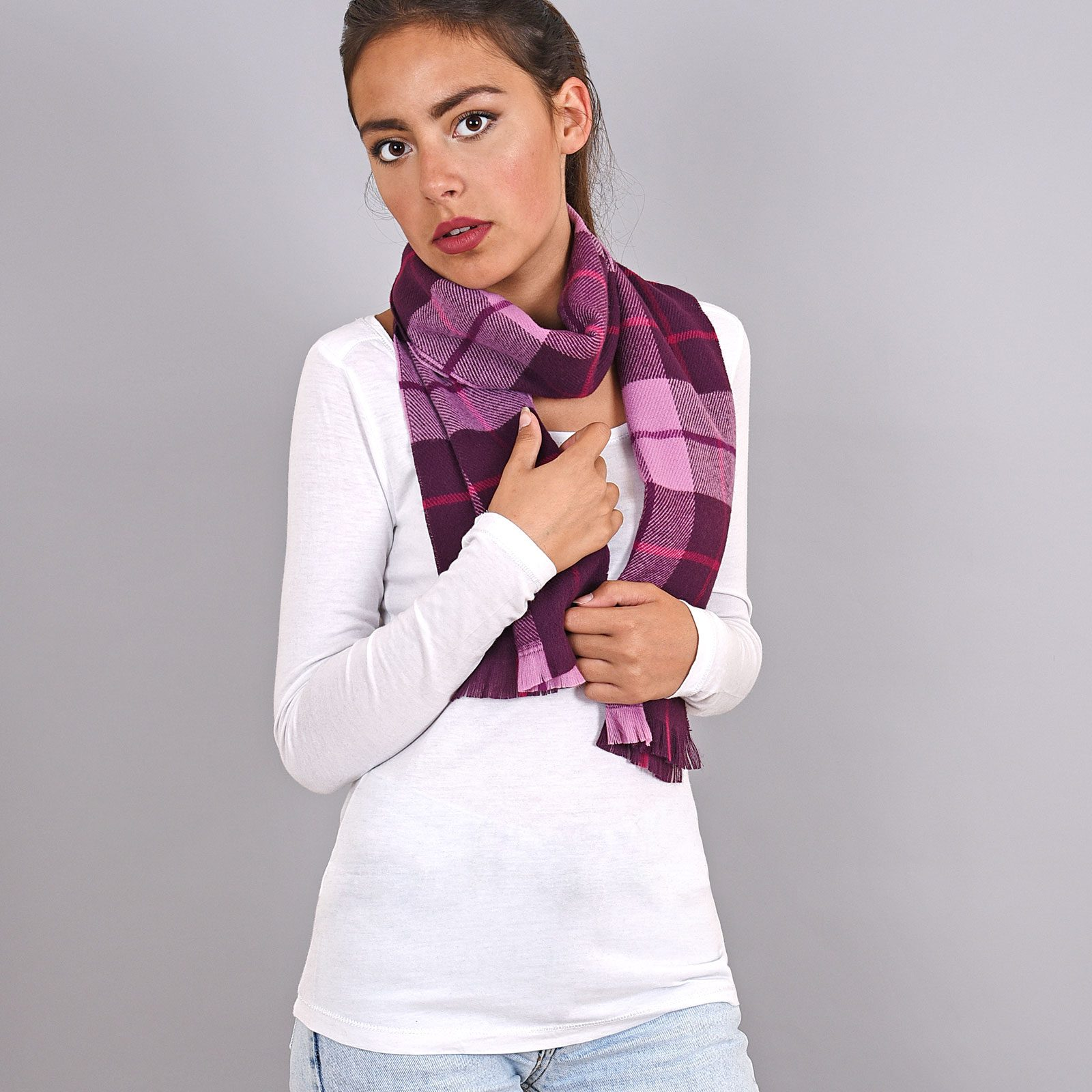 http://lookbook.allee-du-foulard.fr/wp-content/uploads/2019/01/AT-03932-VF16-echarpe-a-carreaux-violet-1600x1600.jpg