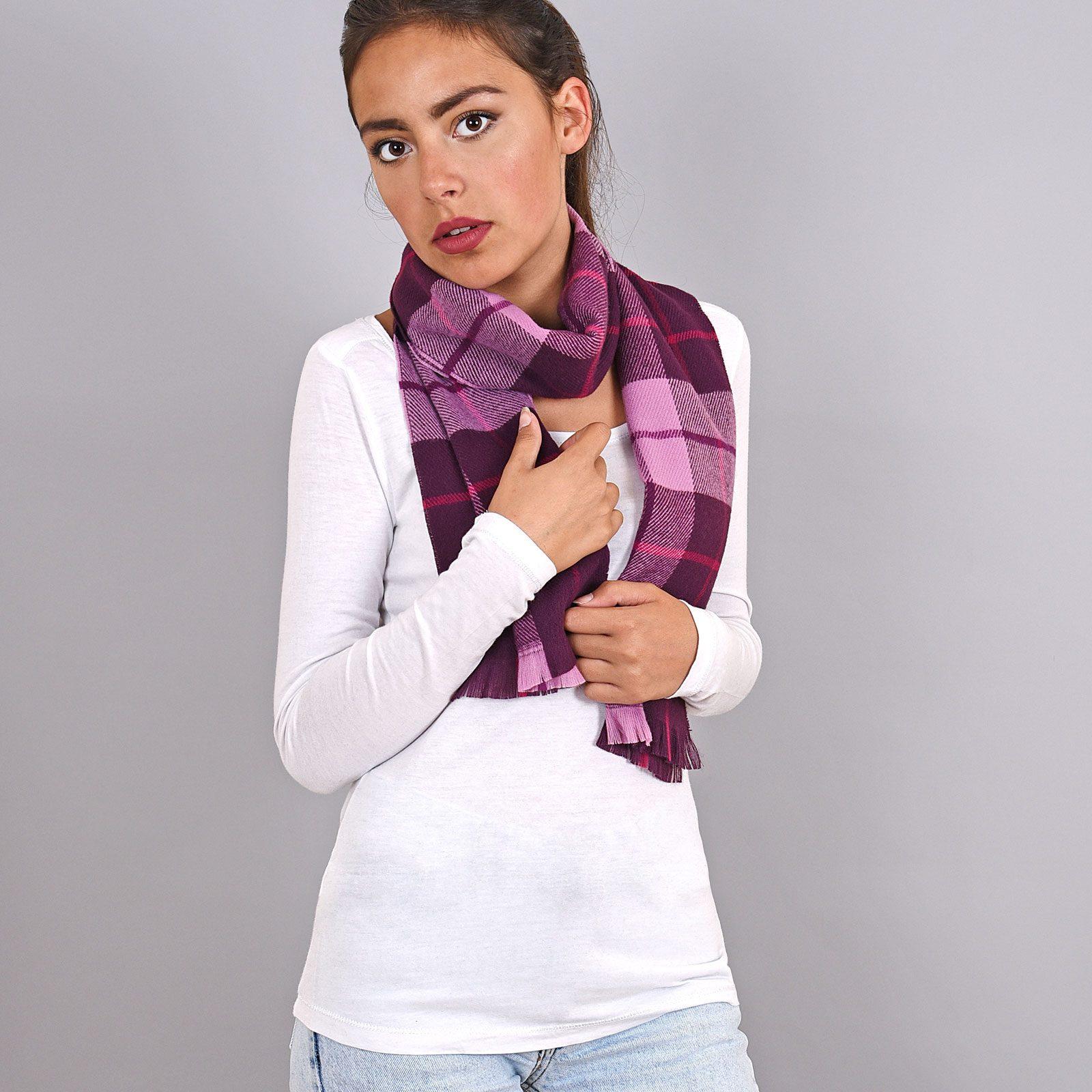 http://lookbook.allee-du-foulard.fr/wp-content/uploads/2019/01/AT-03932-VF16-echarpe-a-carreaux-violet-1600x1600.jpg