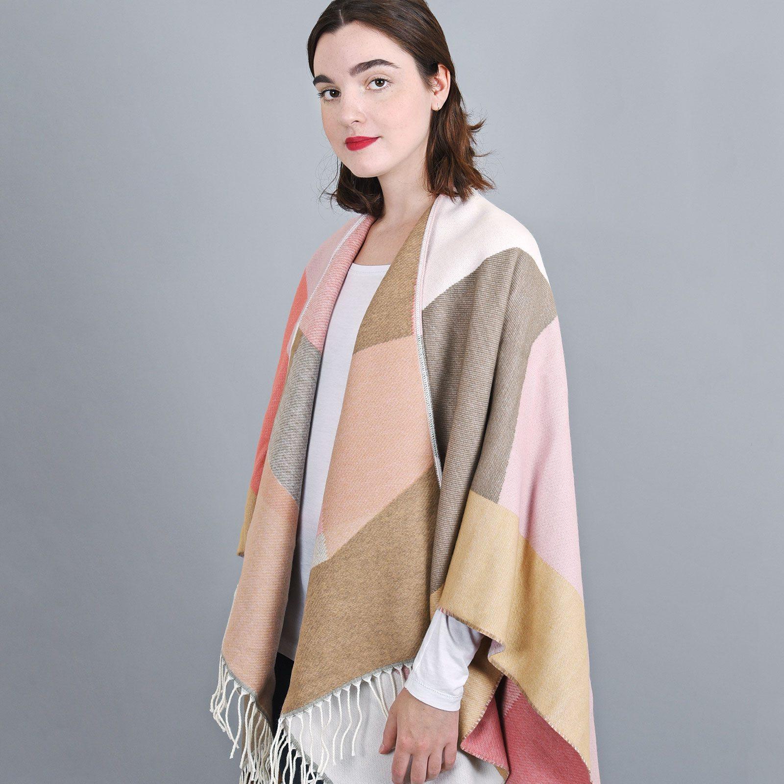 http://lookbook.allee-du-foulard.fr/wp-content/uploads/2019/01/AT-04152-VF16-2-poncho-hiver-rose-taupe-1600x1600.jpg