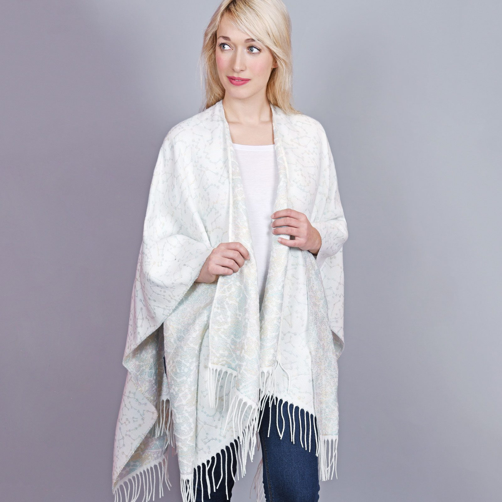 http://lookbook.allee-du-foulard.fr/wp-content/uploads/2019/01/AT-04448-VF16-1-poncho-femme-blanc-motifs-relief-1600x1600.jpg