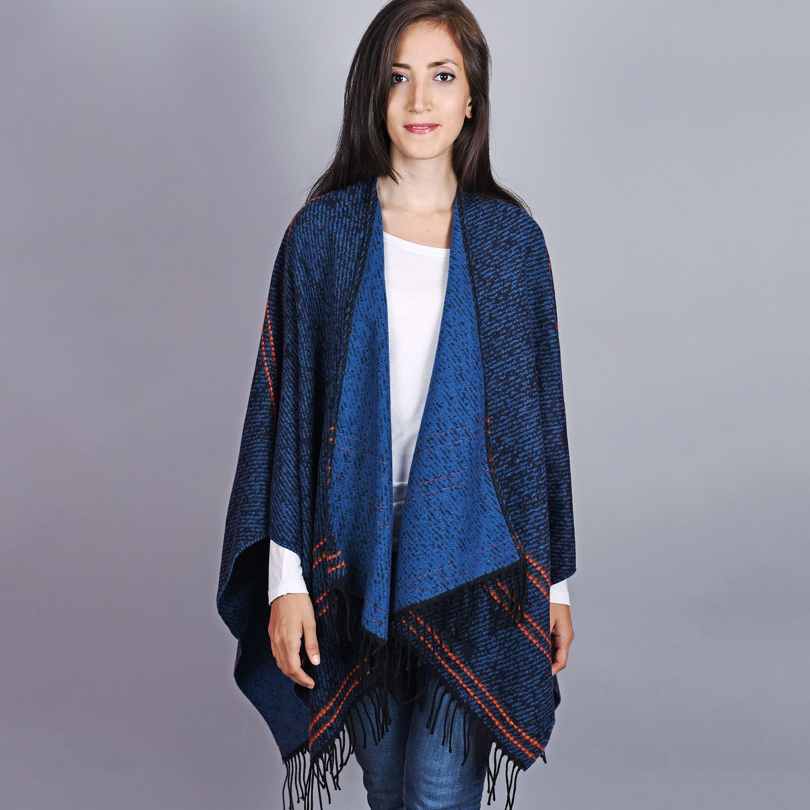 http://lookbook.allee-du-foulard.fr/wp-content/uploads/2019/01/AT-04507-VF16-1-poncho-femme-bleu-marine-1600x1600.jpg