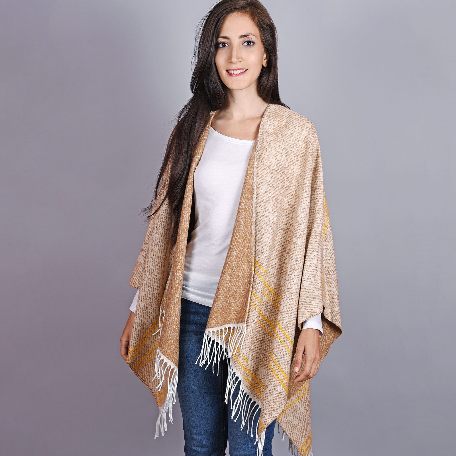 http://lookbook.allee-du-foulard.fr/wp-content/uploads/2019/01/AT-04508-VF16-1-poncho-hiver-franges-beige-1600x1600.jpg
